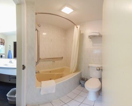 Queen - Bathroom